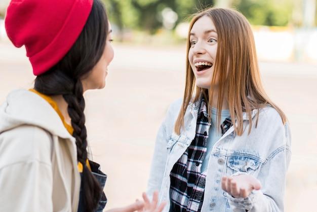 Faccine sorridenti di vista frontale felici di incontrarsi Foto Gratuite
