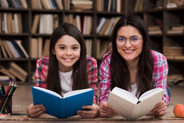 フロントビュースマイリー女性と若い女の子 無料写真