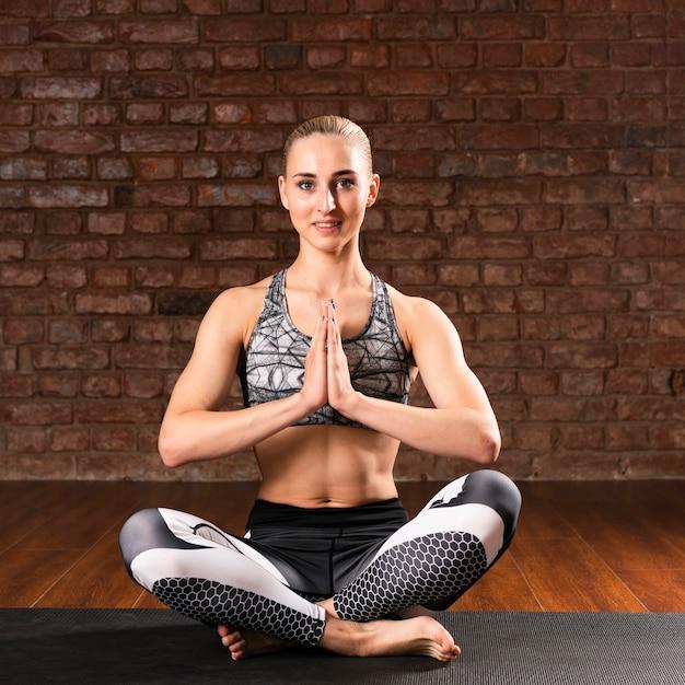 Вид спереди смайлик женщина медитации Бесплатные Фотографии