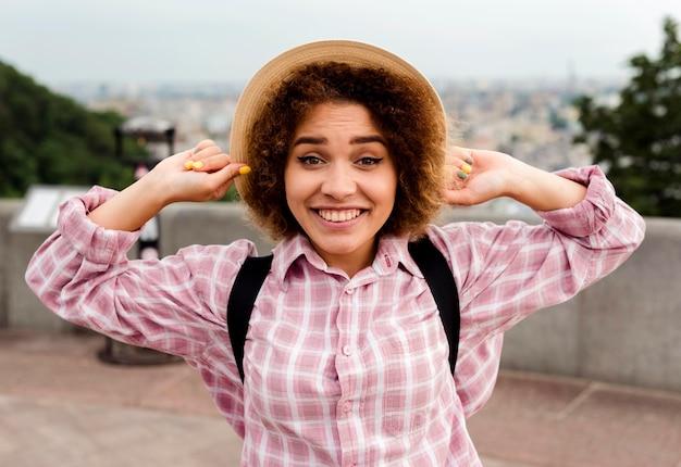 帽子をかぶって正面スマイリー女性 無料写真