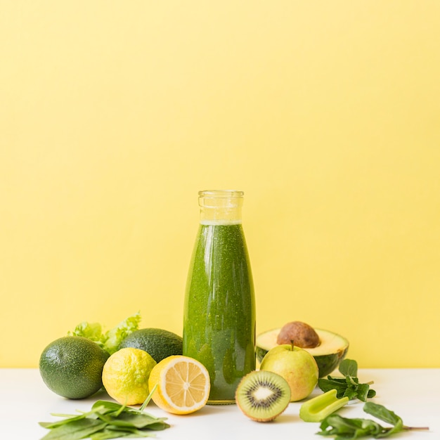 Front view smoothie with kiwi and lemon with copy-space Premium Photo