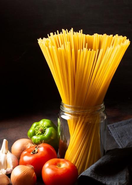 Спагетти и помидоры, вид спереди Бесплатные Фотографии