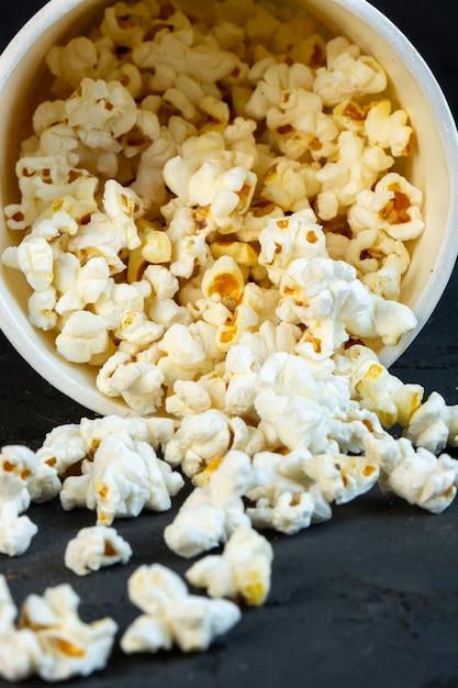 Вид спереди посыпать попкорн из ведра Бесплатные Фотографии