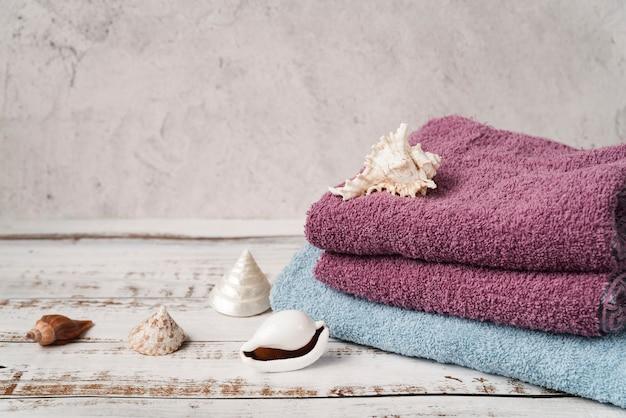 Вид спереди сложены полотенца на деревянный стол Premium Фотографии
