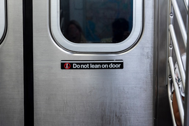 Вид спереди двери метро крупным планом Бесплатные Фотографии