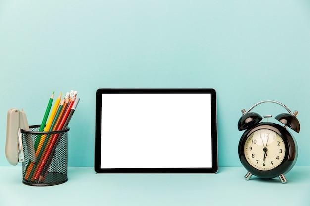 Вид спереди планшета с будильником на столе Бесплатные Фотографии