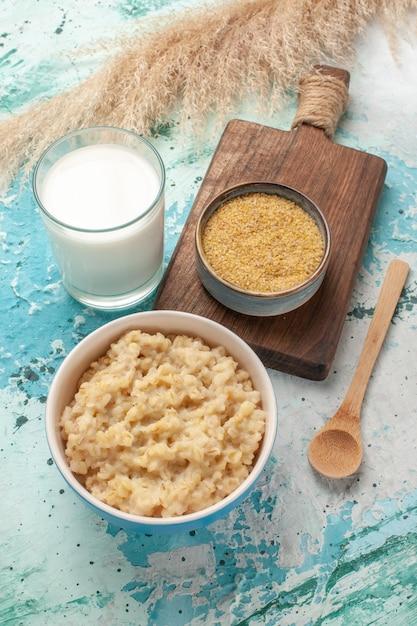 파란색 표면 아침 식사 음식 우유에 우유와 함께 전면보기 맛있는 죽 무료 사진