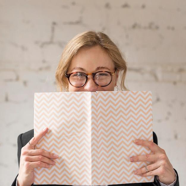 本で顔を覆っている正面教師 Premium写真