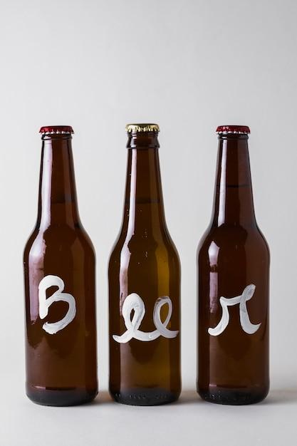 テーブルに並んだビール3本の正面図 無料写真