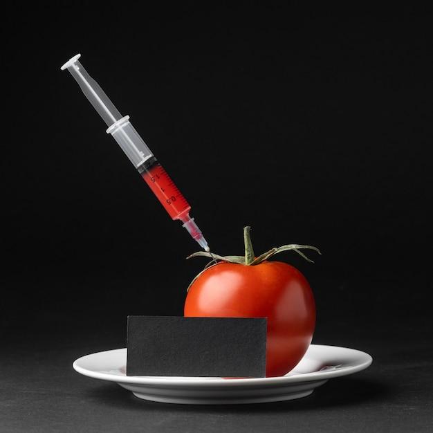 注射器で満たされた正面のトマト 無料写真