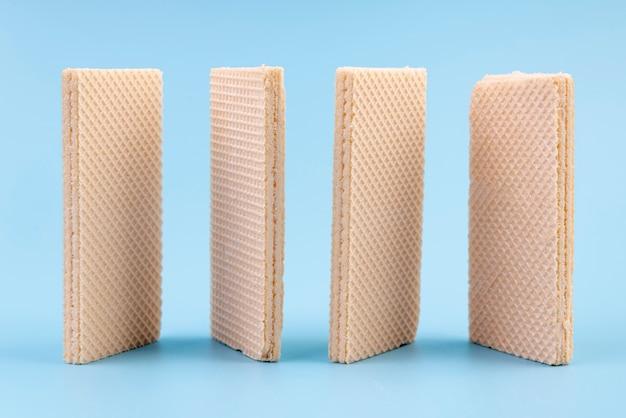 Vista frontale di wafer verticali con spazio di copia Foto Gratuite