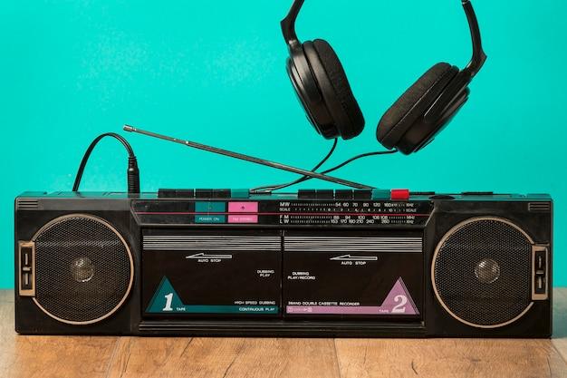 Винтаж кассета и наушники вид спереди Бесплатные Фотографии
