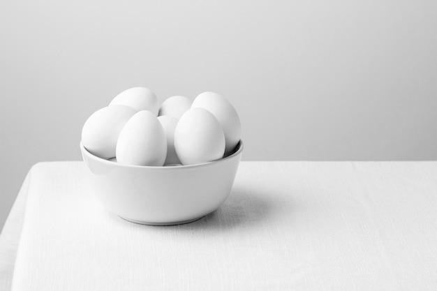 Uova di gallina bianca vista frontale in una ciotola con copia-spazio Foto Gratuite