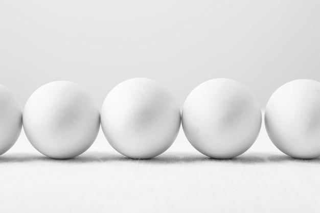 Вид спереди белые яйца на столе Бесплатные Фотографии