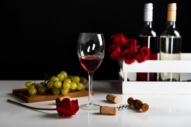 Front view wine appetizer with grapes Free Photo