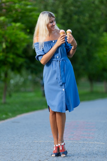 Vista frontale dei coni gelati della tenuta della donna Foto Gratuite