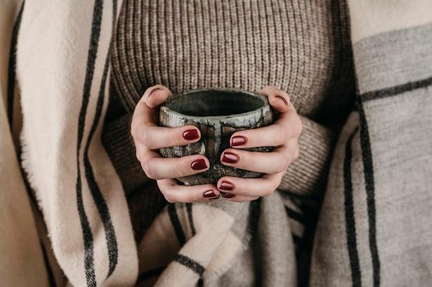 Tazza della holding della donna di vista frontale Foto Gratuite