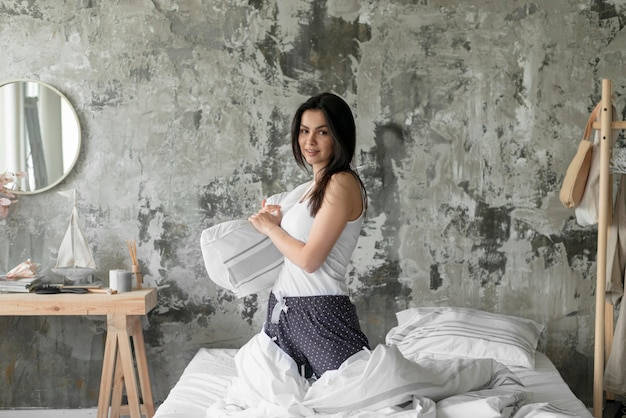 Cuscino della holding della donna di vista frontale Foto Gratuite