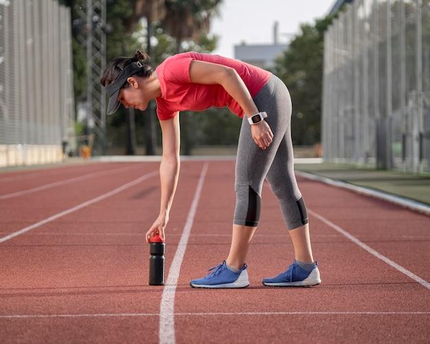 Женщина вид спереди на тренировке поля Бесплатные Фотографии
