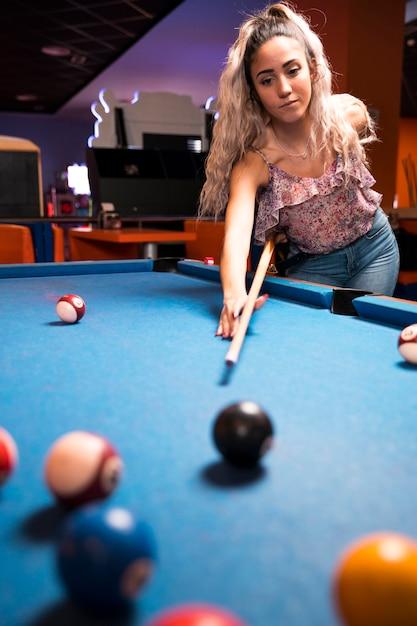 Donna di vista frontale che gioca biliardo Foto Gratuite