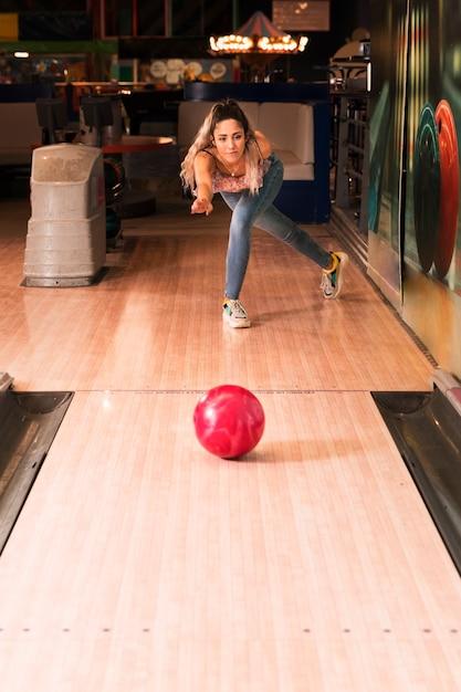 Donna di vista frontale che gioca a bowling Foto Gratuite