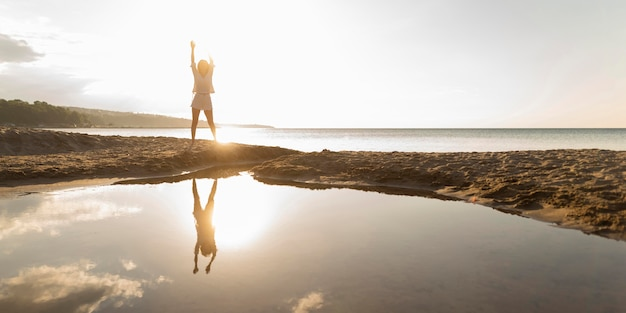 Front view of woman posing outdoors with water Free Photo