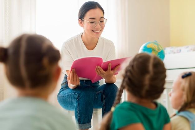 그녀의 학생을 위해 뭔가 읽고 전면보기 여자 무료 사진