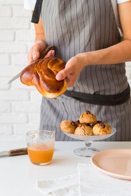 Вид спереди женщина нарезки хлеба Бесплатные Фотографии