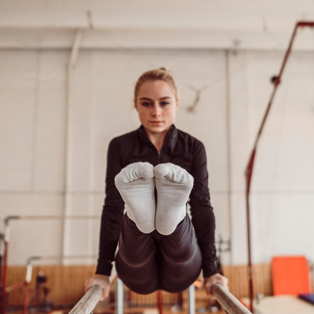 Тренировка женщины перед чемпионатом гимнастики Бесплатные Фотографии