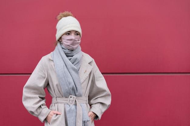 Vista frontale della donna con mascherina medica all'aperto e copia spazio Foto Gratuite