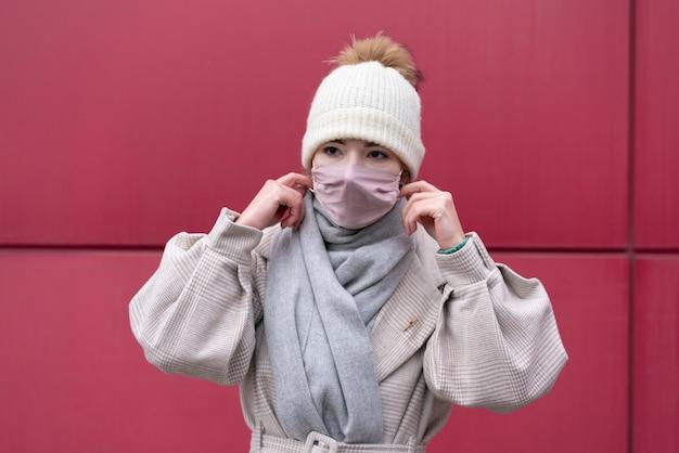 Vista frontale della donna con mascherina medica Foto Gratuite