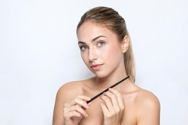 Vista frontale della donna con il concetto di lima per unghie Foto Gratuite