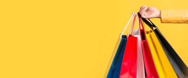Vista frontale della donna con il concetto di borsa della spesa Foto Gratuite