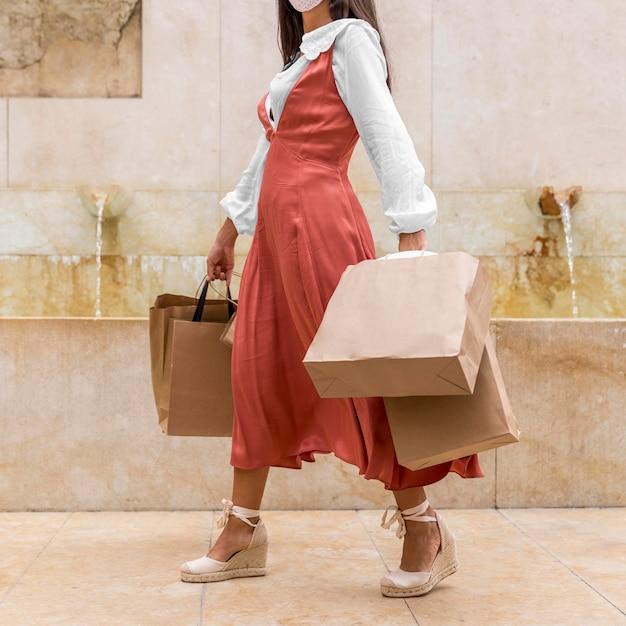 Vista frontale della donna con le borse della spesa Foto Gratuite