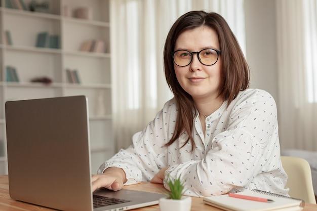 Vista frontale donna che lavora da casa Foto Gratuite