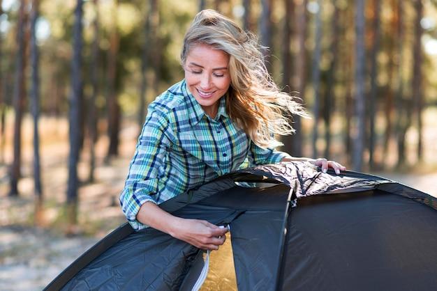 Donna di vista frontale zippare la tenda Foto Gratuite