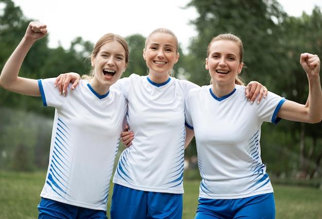 Donne di vista frontale che esprimono la vittoria Foto Gratuite