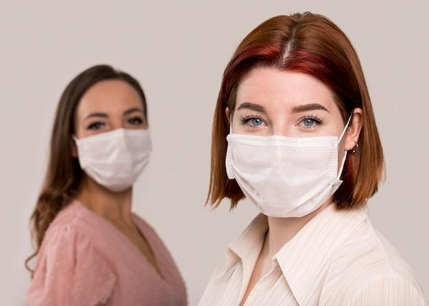 Vista frontale delle donne con maschera facciale Foto Gratuite