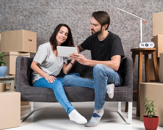 Вид спереди молодая пара, сидя на диване Бесплатные Фотографии