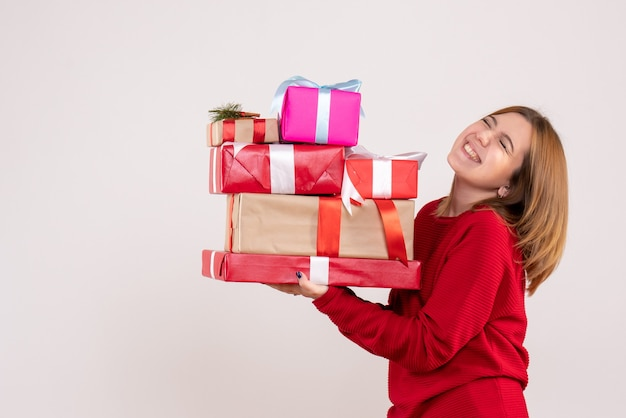 プレゼントを運ぶ正面図若い女性 無料写真