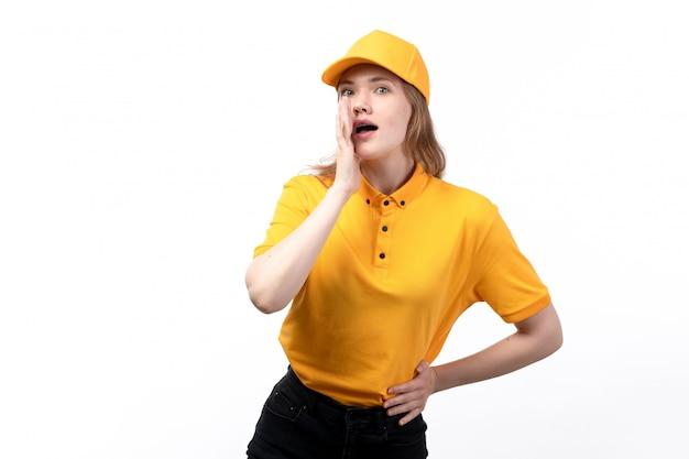 Una giovane lavoratrice femminile del corriere femminile di vista frontale di servizio di distribuzione di alimenti che posa e che bisbiglia sul bianco Foto Gratuite