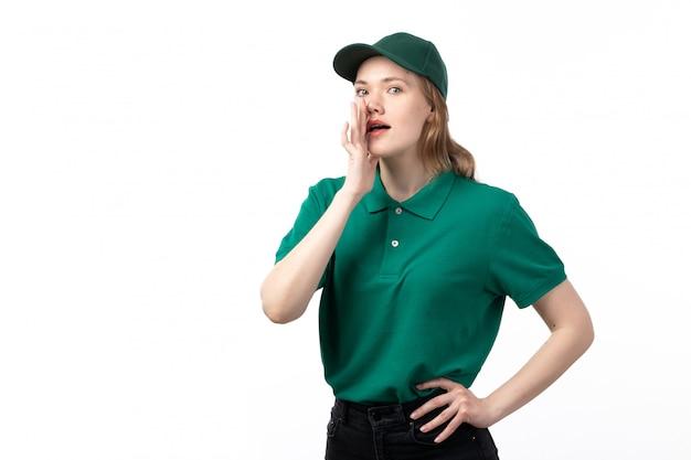 Un giovane corriere femminile di vista frontale in uniforme verde che posa e che bisbiglia Foto Gratuite