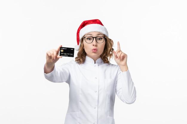 흰 벽 돈 새 해에 은행 카드를 들고 전면보기 젊은 여성 의사 무료 사진