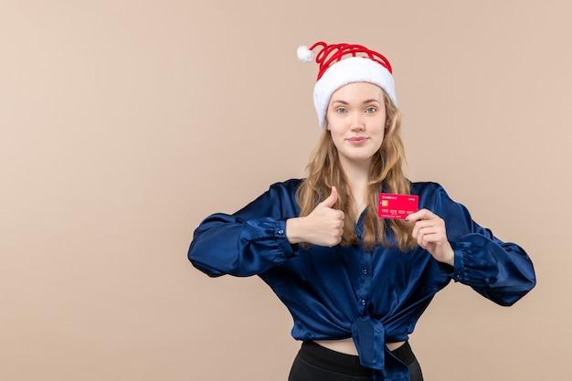 분홍색 배경 돈 휴일 사진 새 해 크리스마스 감정 무료 장소에 빨간 은행 카드를 들고 전면보기 젊은 여성 무료 사진