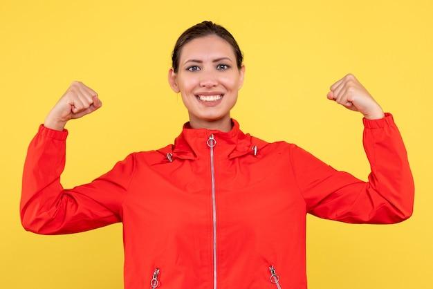 노란색 바탕에 빨간 코트에 전면보기 젊은 여성 무료 사진