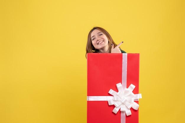 선물 상자 안에 전면보기 젊은 여성 무료 사진