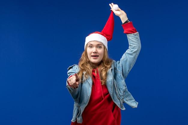 Giovane femmina di vista frontale con cappuccio rosso di natale sulle emozioni di colore di natale sfondo blu Foto Gratuite