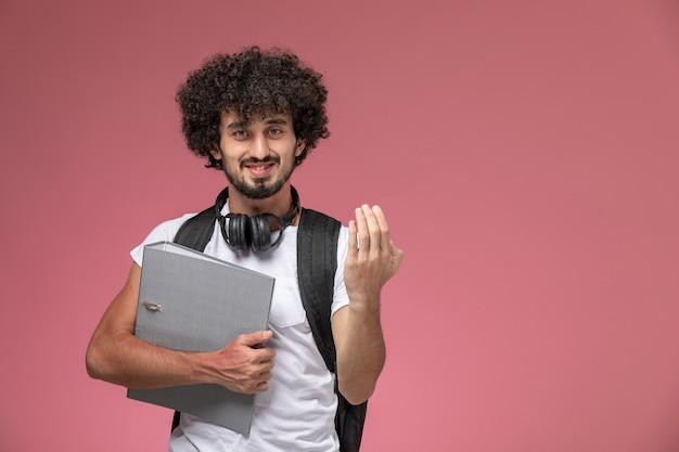 Вид спереди молодой человек просит вас подойти ближе Бесплатные Фотографии