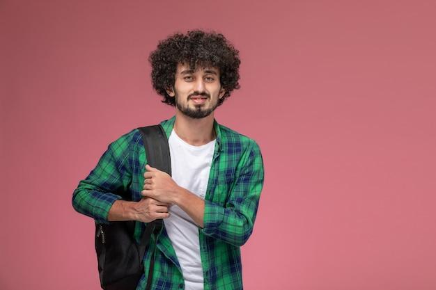 Вид спереди молодой человек идет в университет с черной сумкой Бесплатные Фотографии