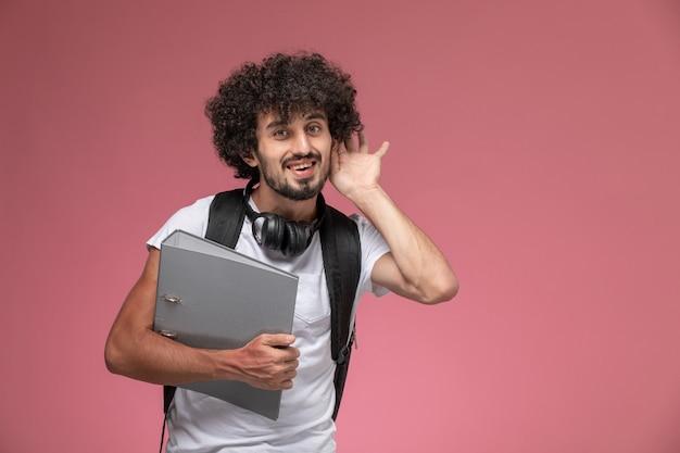 正面図若い男はバインダーで聞きたいです 無料写真